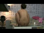 Дама прыгает на дилдо, установленном на столе, чтобы подготовить себя к сексу в позе наездницы