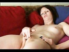 Любительская домашняя мастурбация одинокой женщины, жаждущей удовлетворения