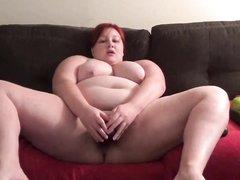 Рыжая толстуха в качестве секс игрушки использует большие овощи, которые помогают кончить