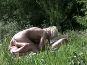Словацкая супружеская пара на лугу кайфует от орального секса в 69 положении, шикарная блондинка приземлила попу на лицо