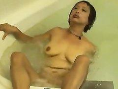 Приятная зрелая японка с увядающими сиськами любит голой мастурбировать в ванне наполненной водой