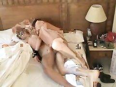 Резвая жена утром рано вертится на члене мужа и встав на карачки кайфует от домашнего секса с любимым