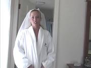 Жена встречает уставшего мужа в белом нижнем белье и чулках, пробуждает у него силы и они приступают к домашнему сексу