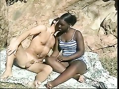 Плотная негритянка на природе трахается с белым кавалером, взаимный оральный секс сменяется скачкой и другими позами
