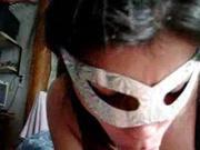 Француженка в маске сосёт член и лижет яйца для домашнего видео и вытягивает всю сперму из пениса