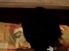 Темноволосая азиатка любительница вастала на карачки для домашнего секса с поклонником