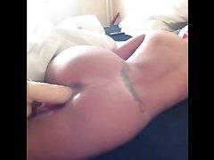 Женщина балдеет, когда утром дома её киску трахают большой секс игрушкой, это помогает проснуться