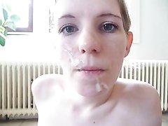 Худенькая немка дома, сидя на полу отсасывает супругу, которые щедро поливает её лицо спермой