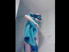 Красотка из Венгрии принимает душ и вытирается синим полотенцем, видна упругая попа и волосатая киска