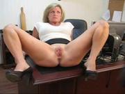 Начальница сняла трусики и села на рабочий стол с раздвинутыми ногами, она просит подчинённого смотреть и хвалить киску