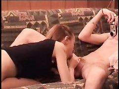 Девушка делает минет на камеру для домашнего видео, чтобы потом друзья могли смотреть на их интим
