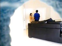 Обворожительная брюнетка встретила гостя голой в приподнятом настроении и предложила ему домашний секс