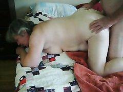 Зрелая толстуха по утрам для зарядки стоит на карачках и этим пользуется её супруг, интересующийся пока сексом