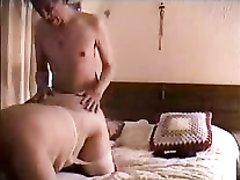 Толстая жена с огромными свисающими сиськами не смогла долго стоять для секса на карачках и легла горизонтально
