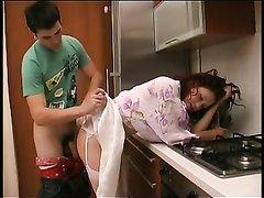 Зрелая русская домохозяйка на кухне соблазнила молодого чувака, секс был разным, он хорошо лизал и трахнул её в попку