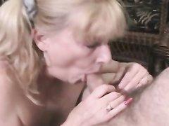 Работник сервисной компании соблазнил зрелую домохозяйку с красивыми сиськами и большой влажной дыркой