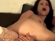 По вебкамере стройная брюнетка трахает попу огромным дилдо, она быстро кончает от анальной мастурбации, мечтая о сексе