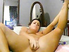 Жирной домохозяйке не хватает секса и она большим овощем трахает киску, которая сильно расширяется из-за толстого дилдо
