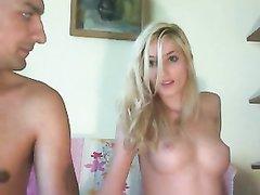 Длинноволосая блондинка разделась перед вебкамерой и уговорила своего любовника показать зрителям онлайн порево