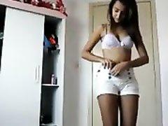 Смуглянка снимает нижнее бельё белого цвета и по вебкамере онлайн показывает киску