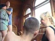 Собравшись дома две зрелые русские пары свингеров решили замутить групповой секс вчетвером