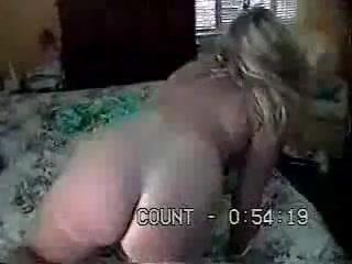 Слегка жирная зрелая дама ловко подставила попу и бесплатно отдалась, а для спермы она подставила большие сиськи