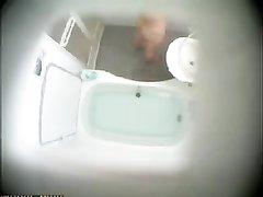 Монтированная на потолке скрытая камера записывает видео с домохозяйкой, раздевшейся догола и принимающую ванну