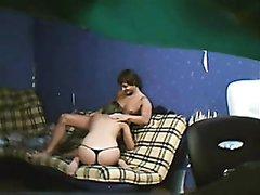 Скрытая камера сняла молодую парочку, трахающуюся без презерватива на диване