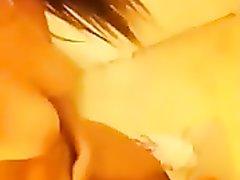 Красотка из Румынии дразнит незнакомца по вебкаемере, показывая онлайн своё голое тело и трогая пальчиками клитор