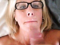 Отличный минет с кучей спермы на лице в исполнении очкастой блондинки из Скандинавии, которая может сосать часами