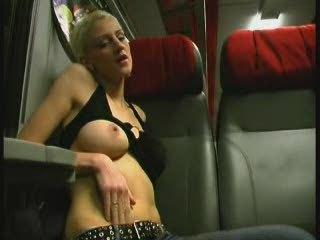 Блондинка ходит по салону и трахается с пассажирами, секс не совсем домашний, но ей всё равно приятно
