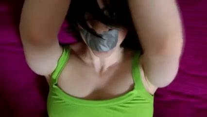 Домашний ролевой секс, муж связал руки жене и заклеил рот, чтобы трахнуть её на карачках и кончить на попу