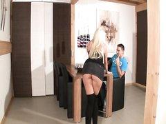 Секретарша всегда готова сделать шефу домашний минет, но ему этого мало и он долбит блондинку на рабочем столе