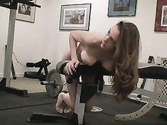 Жена пришла в спортзал и потребовала у мужа атлета исполнить супружеский долг и он был вынужден отвлечься на секс