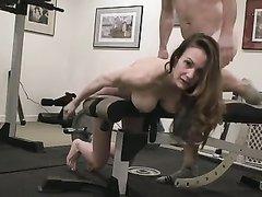 Секс с соседями в спортзале с мужем 8