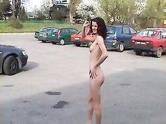 Худая брюнетка с волосатой киской голой ходит по парковке, чтобв  привлечь к себе внимание, но желающих смотреть немного