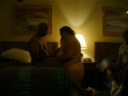 Любительский минет в исполнении толстой негритянки, рядом трётся гость, который не выдержав уходит из комнаты