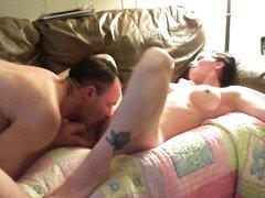 Муж обожает лизать киску любимой жене, когда они остаются дома наедине и всегда доводит её до оргазма