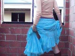 Зрелая распутница задрав синюю юбку показывает большую попу и бритую киску, чтобы парни могли смотреть на её прелести