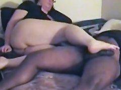 Толстый негр любит фут фетиш и белая любовница ногами трогает пенис, возбудившись он трахает жирную даму