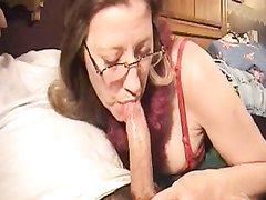У очкастой зрелой женщины появился молодой любовник исключительно для орального секса