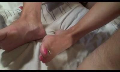 Гламурная молодуха научилась мастурбировать член ногами, теперь парочка часто отвлекается на домашний футфетиш