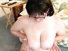 Очкастая толстуха с милыми чертами лица, раздевшись мастурбирует пенис хахаля, горя желанием глотнуть сперму