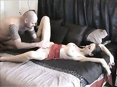 Стройная красотка стонет от куни, но вскоре в киске двигается вместо язычка пенис и она балдеет от глубокого секса