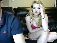 Бритоголовый доплатил шлюхе, чтобы она сосала член онлайн перед вебкамерой, чтобы его друзья видели, как он отдыхает