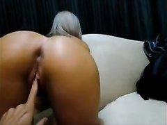 Голодная до секса леди из Бразилии встала на карачки для секса, но у любовника не сразу встаёт член и он трахает пальцем