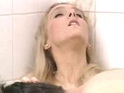Заботливая блондинка из Польши мастурбирует член партнёра и глотает, она его любит и хочет подарить домашний секс