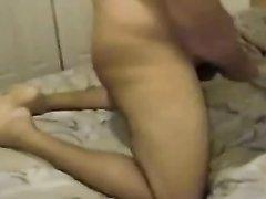 Молодая особа в ходе секса устала прыгать на члене любимого и свалившись на кровать отдавалась, оставаясь неподвижной