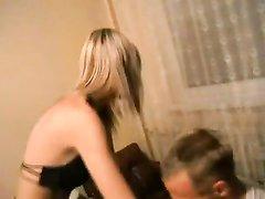 Молодой чувак изменяет жене с русской проституткой, он лижет её киску бесплатно и за деньги трахает в глотку и ниже