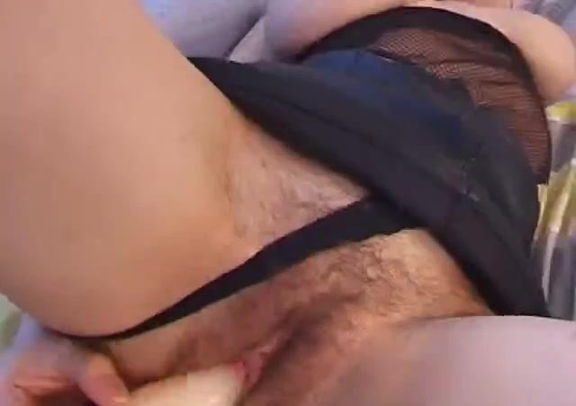 Молодая итальянка с огромными сосками с помощью секс игрушек имитирует двойное проникновение, волосатая киска намокла